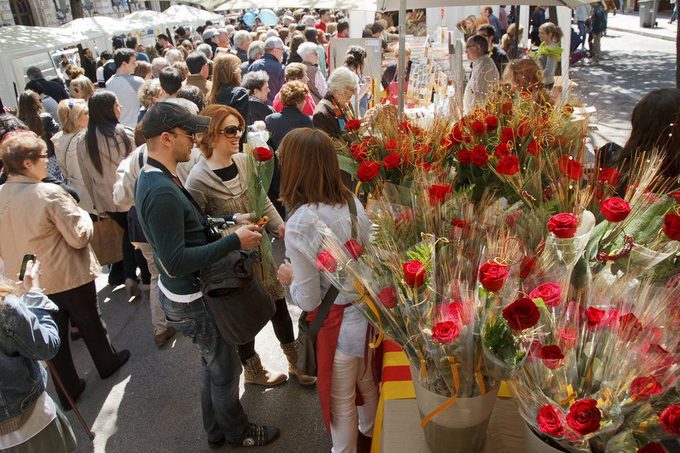 Sant jordi the day when barcelona wears roses for Piscinas sant jordi barcelona