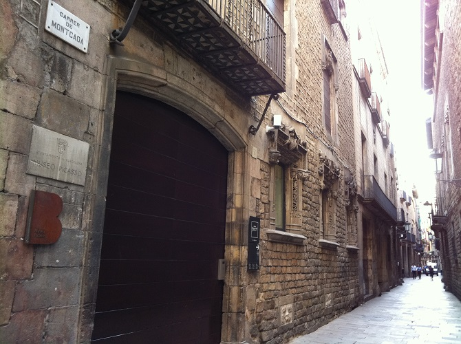 The carrer Montcada is in the middle area of apartments in the Born
