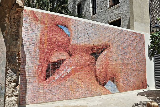 The best apartment in Barcelona is located around the mural El Beso de Barcelona