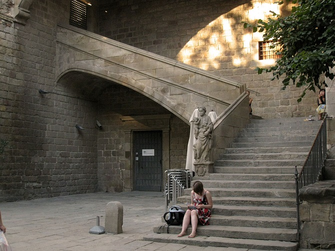 The Hospital de la Santa Creu complex, a historical gem in the middle of El Raval