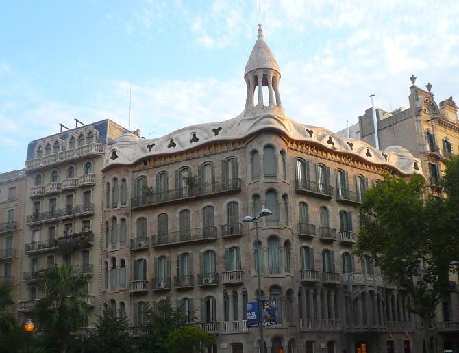 In an apartment in Eixample Esquerra you can enjoy spectacular corners like Casas Sayrach