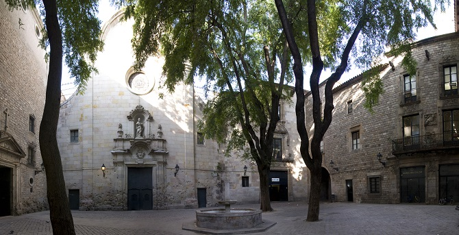 Live the mysterious places of Barcelona: Sant Felip Neri Square