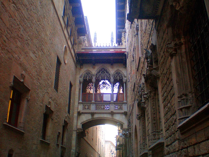 Live the mysterious places of Barcelona: gothic bridge
