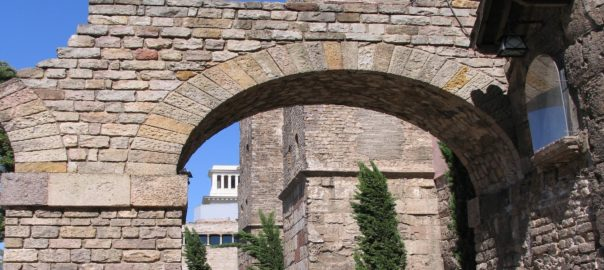 sightseeing tours in Barcelona: romanesque constructions